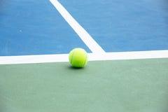 Błękitna i zielona tenisowego sądu powierzchnia, Tenisowa piłka na polu zdjęcia stock