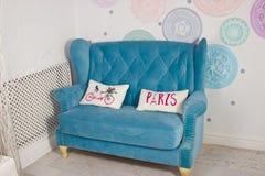 Błękitna kanapa w nowożytnym wnętrzu Zdjęcie Stock