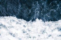 Błękitna kipiel morze z fala, pluśnięciem, pianą i bu bielu, zdjęcia stock