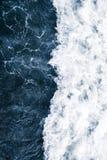 Błękitna kipiel morze z fala, pluśnięciem, pianą i bu bielu, obrazy royalty free