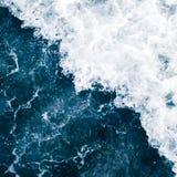 Błękitna kipiel morze z fala, pluśnięciem, pianą i bu bielu, obrazy stock