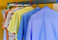 Błękitna koszula z białymi lampasami czekać na suchego podczas fotografia stock