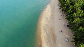 Błękitna laguna i piaskowata plaża z palmami Widok z lotu ptaka błękitni laguny i słońca łóżka na piaskowatej plaży z kokosowymi  zbiory wideo