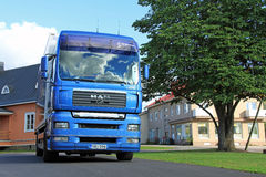 Błękitna mężczyzna TGA Doręczeniowa ciężarówka na Grodzkim jardzie Fotografia Royalty Free