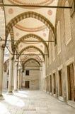 B??kitna Meczetowa kolumnada, Istanbu? zdjęcie royalty free