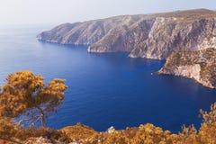 Błękitna morze zatoka z białymi falezami z góry zdjęcie stock