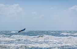 Błękitna motorowa łódź z drużyną ratowniczą Obrazy Royalty Free