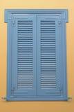 Błękitna nadokienna drewniana żaluzja fotografia royalty free