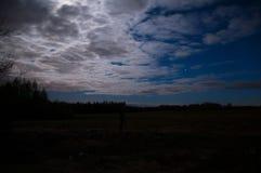 Błękitna noc z księżyc pod chmurami Obraz Royalty Free