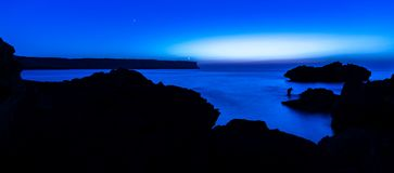 Błękitna nocy latarnia morska obraz stock