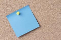 Błękitna notatka na desce Obrazy Royalty Free