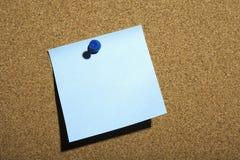 Błękitna notatka Przyczepiająca na pokładzie Zdjęcie Royalty Free