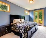 Błękitna nowożytna sypialnia z balkonowym drzwi zdjęcia royalty free