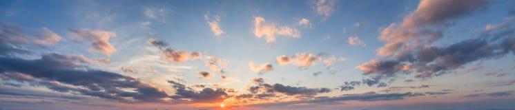 Błękitna panorama niebo przy zmierzchem z chmurami Obraz Stock