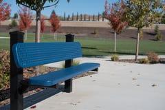 Błękitna parkowa ławka Zdjęcie Stock