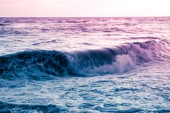 Błękitna purpurowa toczna fala, surrealistyczny seascape Fotografia Royalty Free