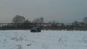 Błękitna Rosyjska droga samochodowy Lada Niva 4x4 VAZ 2121/21214 przejażdżki na śnieżnym polu zdjęcie wideo