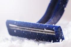 Błękitna rozporządzalna żyletka w wodzie z bąblami zdjęcia stock