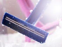 Błękitna rozporządzalna żyletka w wodzie z bąblami fotografia royalty free