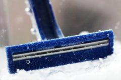 Błękitna rozporządzalna żyletka w wodzie z bąblami obraz stock