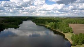 Błękitna rzeka odbija białe chmury sylwetki blisko odpowiadają zdjęcie wideo