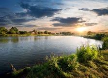 Błękitna rzeka pod chmurami Obrazy Royalty Free