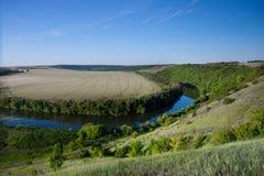Błękitna rzeka wśród lasów i poly Obraz Royalty Free