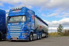 Błękitna Scania Masowego transportu ciężarówka Zdjęcia Stock