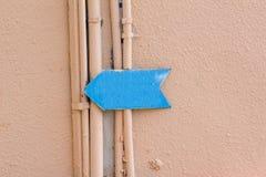 Błękitna strzała na ścianie budynek Zdjęcia Royalty Free