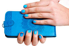 Błękitna telefon skrzynka Żeńska ręka trzyma telefon pokrywy skrzynkę Brigh zdjęcie stock