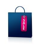 Błękitna torba na zakupy i rabata karta nad bielem Zdjęcia Stock
