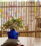 Błękitna waza na stole Zdjęcia Royalty Free