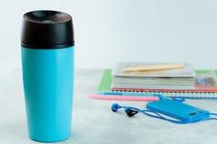 Błękitna wp8lywy filiżanka blisko notatników i telefonu komórkowego fotografia stock