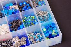 Błękitna zieleń, srebni koraliki i łańcuchy w biżuterii pudełku obraz royalty free