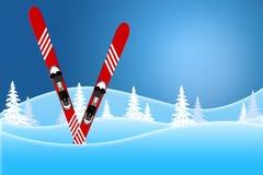 Błękitna zimy scena czerwone narty stoi w śniegu zakrywał wzgórza fotografia stock