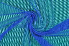 Błękitna zmięta nonwoven tkanina na zieleni Obraz Stock