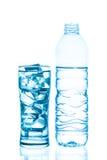 błękitnawa szklanki wody obrazu butelek Fotografia Stock