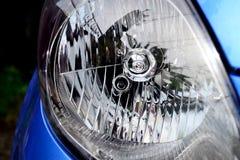 błękitnawy samochodu zakończenia reflektoru światła błękitnawy występu kolor żółty Zdjęcie Stock