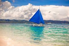 Błękitne łodzie na Boracay wyspie w morzu, Zdjęcia Royalty Free