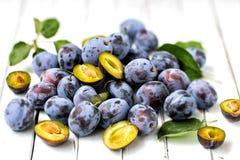 Błękitne śliwki na lekkim drewnianym tle owoce najlepszy widok Obraz Stock