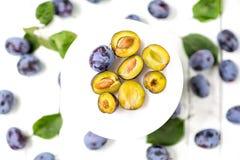 Błękitne śliwki na lekkim drewnianym tle owoce najlepszy widok obrazy stock