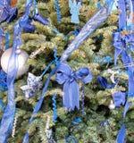 Błękitne Bożenarodzeniowe dekoracje na drzewie Obrazy Stock
