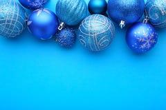 Błękitne Bożenarodzeniowe piłki na błękitnym tle fotografia royalty free