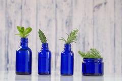 Błękitne butelki aromatyczny istotny zdjęcia royalty free