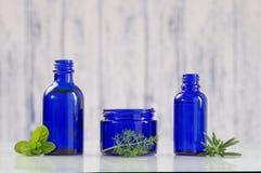Błękitne butelki aromatyczny istotny zdjęcia stock