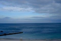 Błękitne chmury w niebie i morze Obrazy Stock