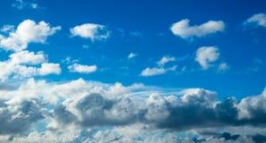 Błękitne cumulus chmury zdjęcia stock