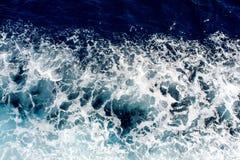 Błękitne denne fala z mnóstwo morze pianą Zdjęcie Royalty Free