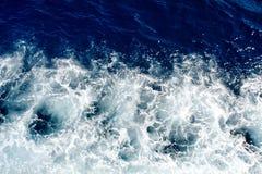 Błękitne denne fala z mnóstwo morze pianą Fotografia Royalty Free