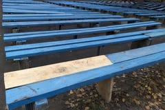 Błękitne drewniane ławki z unpainted częścią Obraz Royalty Free